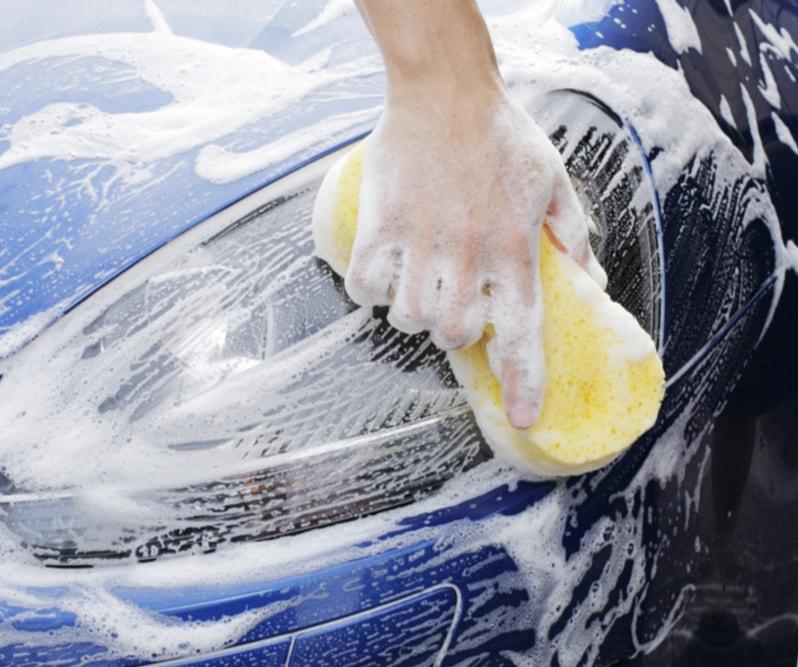 Πλένοντας το αυτοκίνητο